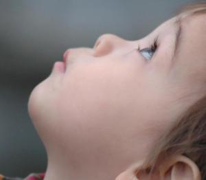 kid-looking-up